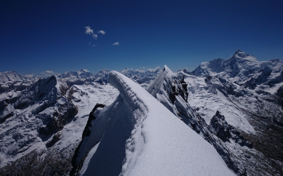 View along the summit ridge, from the summit. (Artem Bylinskii photo)
